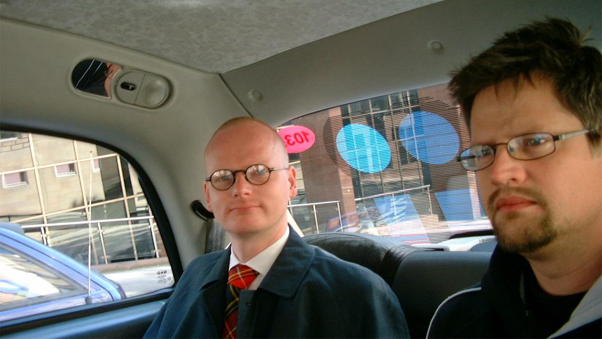 "Sunkits Magnus ""Ny-Magnum"" Nilsson och Burt von Bolton i en taxi i Glasgow 2003"